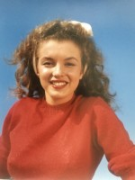 Andre DE DIENES | Norma Jean in red (Marilyn Monroe 1945) | Photograph available for sale on www.kunzt.gallery