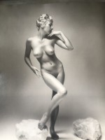 Andre DE DIENES | Nu à la pose | Photograph available for sale on www.kunzt.gallery
