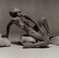 Andre DE DIENES | Nu pose sur pierre | Photograph available for sale on www.kunzt.gallery