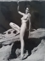 Andre DE DIENES | Nu assise sur rocher | Photograph available for sale on www.kunzt.gallery